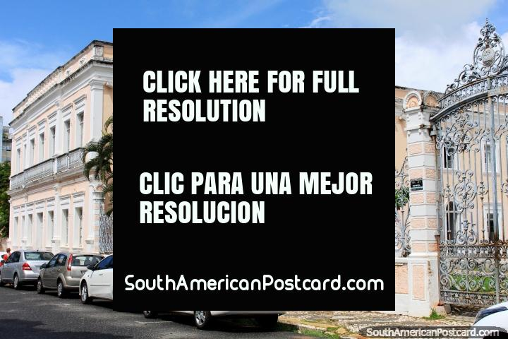Hermoso edificio de color rosa con palmeras y puertas de plata, el Palacio Cultural (Palacio da Cultura, 1868) en Natal. (720x480px). Brasil, Sudamerica.