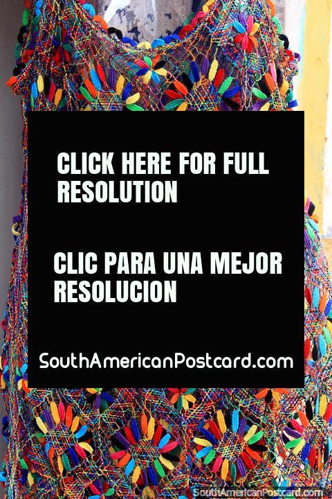 Vestido colorido com desenho floral, um equipamento elegante das lojas em São Luis centro histórico. (480x720px). Brasil, América do Sul.