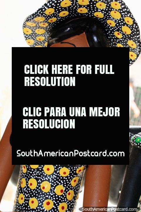 Figurilla que representa la moda de la región en Sao Luis, mujer con sombrero y vestido. (480x720px). Brasil, Sudamerica.