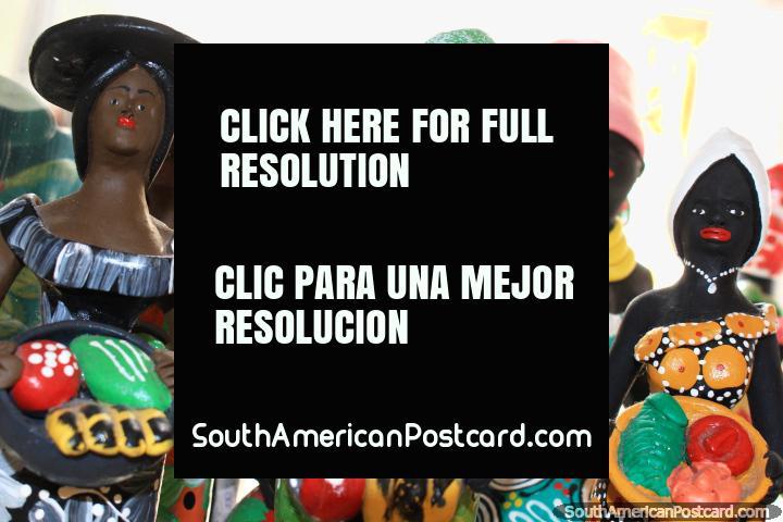 3 mujeres tienen tazones de pan y pastel, figuritas en las tiendas de arte en Sao Luis. (720x480px). Brasil, Sudamerica.