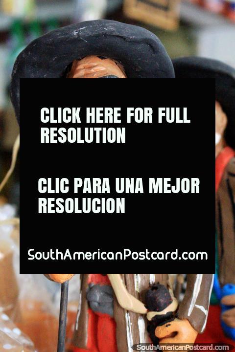 Figurilla masculina con sombrero de vaquero y un palo, artes y oficios culturales en Sao Luis. (480x720px). Brasil, Sudamerica.