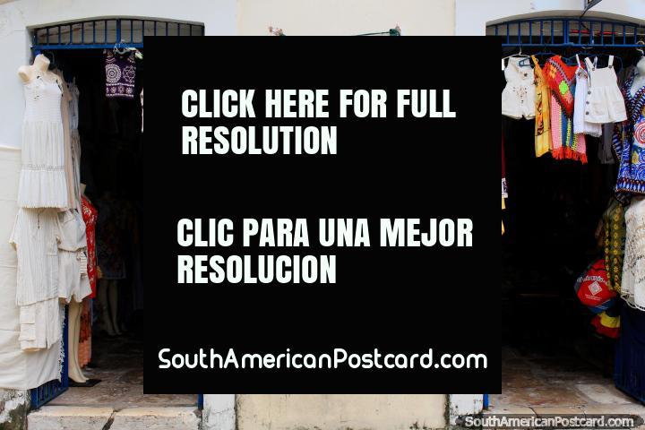 Ropa para niños y mujeres y hamacas para la venta en Sao Luis. (720x480px). Brasil, Sudamerica.
