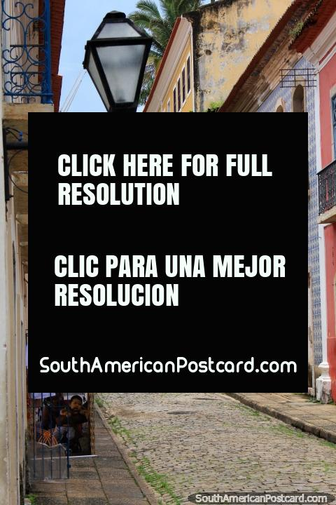 Rua de pedra arredondada fina, iluminação de rua, velhos edifïcios e escada em São Luis. (480x720px). Brasil, América do Sul.