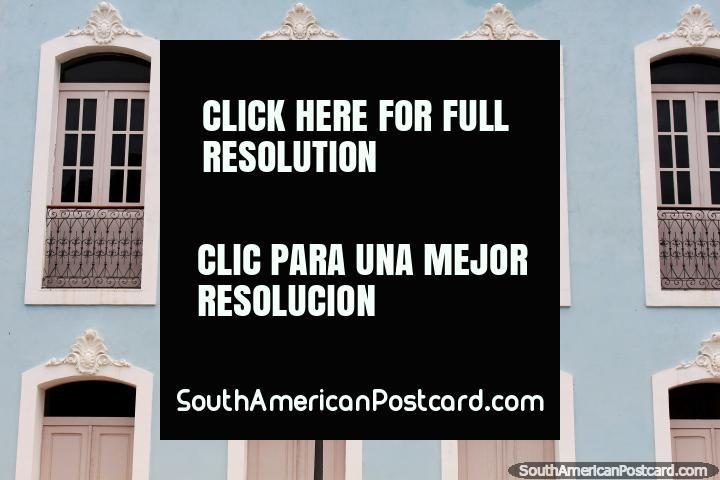 Bela fachada com grades de ferro com janelas ornamentais de madeira e portas, São Luis. (720x480px). Brasil, América do Sul.