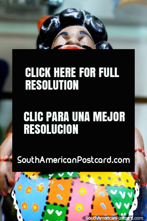 Mulher com vestido colorido, grandes lábios vermelhos e cabelo preto, figura cultural, Mercado Central, Belo Horizonte. (480x720px). Brasil, América do Sul.