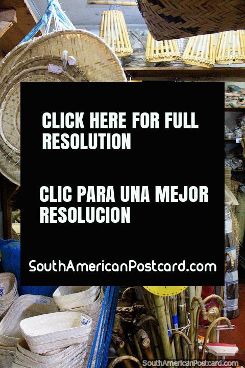 Cestas de caña y otros productos de caña, una guitarra, Mercado Central, Belo Horizonte. (480x720px). Brasil, Sudamerica.
