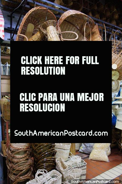 Una hermosa variedad de productos de caña incluyendo cestas en el Mercado Central en Belo Horizonte. (480x720px). Brasil, Sudamerica.