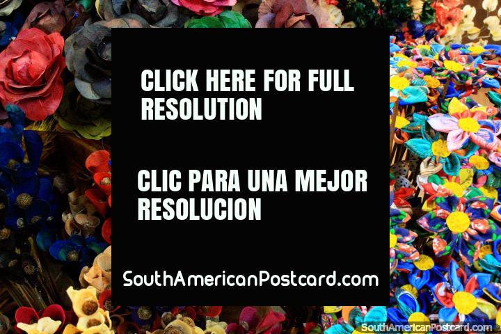 Flores de colores con bonitos diseños y texturas hechas de material, Mercado Central, Belo Horizonte. (720x480px). Brasil, Sudamerica.