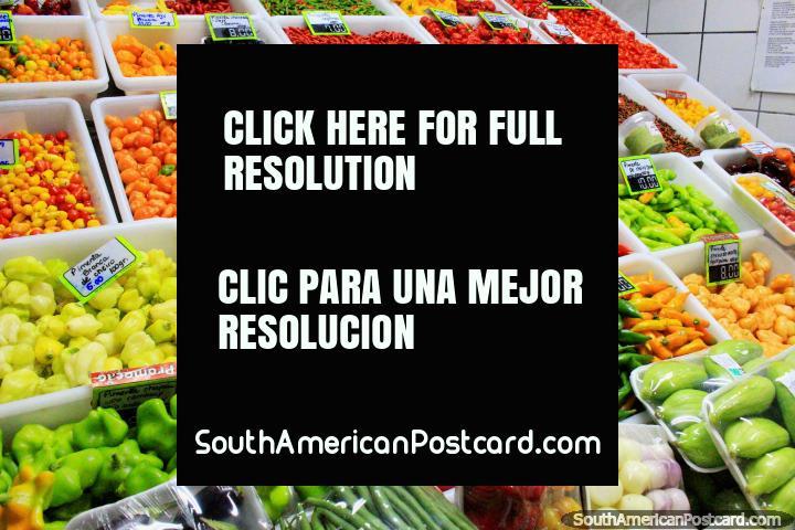 Enorme gama de pimientos en colores de rojo, verde, amarillo y naranja, Mercado Central, Belo Horizonte. (720x480px). Brasil, Sudamerica.