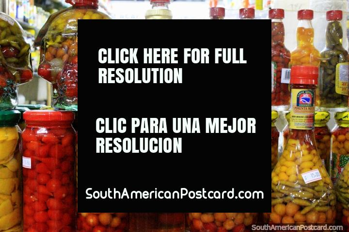 Frascos de pimientas y cebollas en conserva, abajo a la derecha $15 Reales, abajo a la izquierda $10 Reals, Mercado Central, Belo Horizonte. (720x480px). Brasil, Sudamerica.