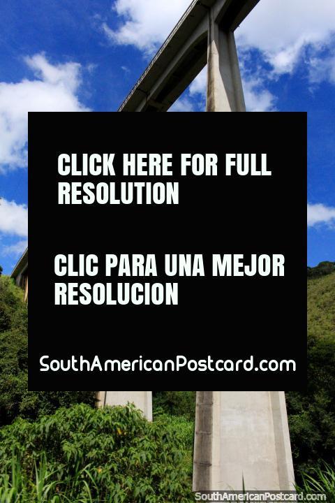 A ponte de carril em toda a sua honra acima do caminho a Ouro Preto! (480x720px). Brasil, América do Sul.