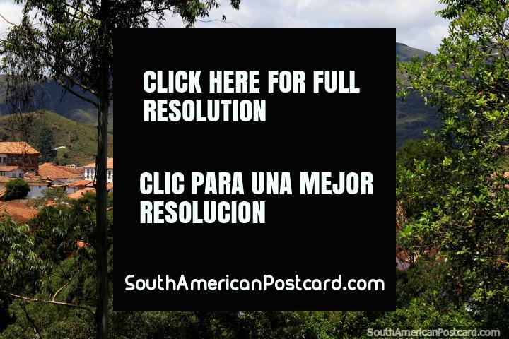 Visão de Ouro Preto de outro lado do vale perto do terminal de ônibus. (720x480px). Brasil, América do Sul.