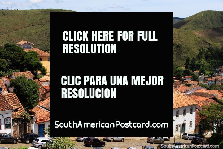 Um mar de telhados vermelho cobertos com telhas e um fundo verde de colinas em Ouro Preto, sensacional! (720x480px). Brasil, América do Sul.