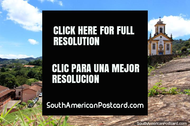 Em Ouro Preto as igrejas sentam sobre cumes de morro todos em volta do vale. (720x480px). Brasil, América do Sul.