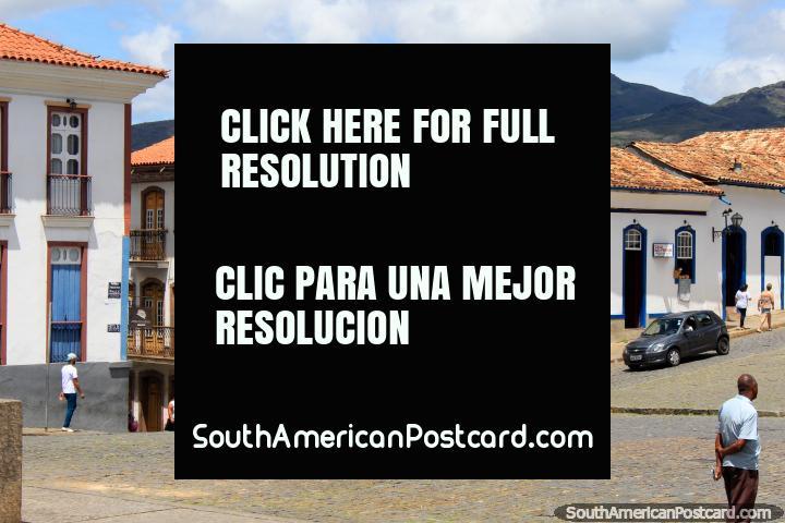 Belos edifïcios de telhado cobertos com telhas e casas em volta de Praça Tiradentes em Ouro Preto. (720x480px). Brasil, América do Sul.