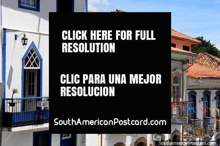 Balcões de ferro e janelas decoradas das casas em Ouro Preto. (720x480px). Brasil, América do Sul.