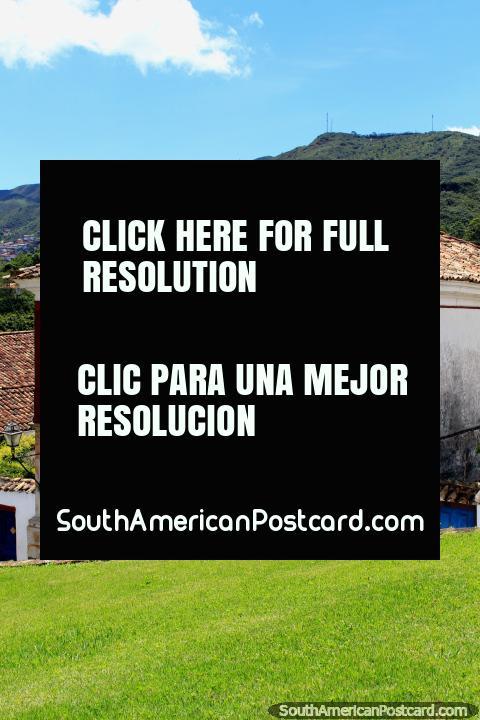 Os edifïcios coloniais com fachadas bem conservadas, telhados cobertos com telhas e janelas decoradas e balcões são uma caracterïstica de Ouro Preto. (480x720px). Brasil, América do Sul.