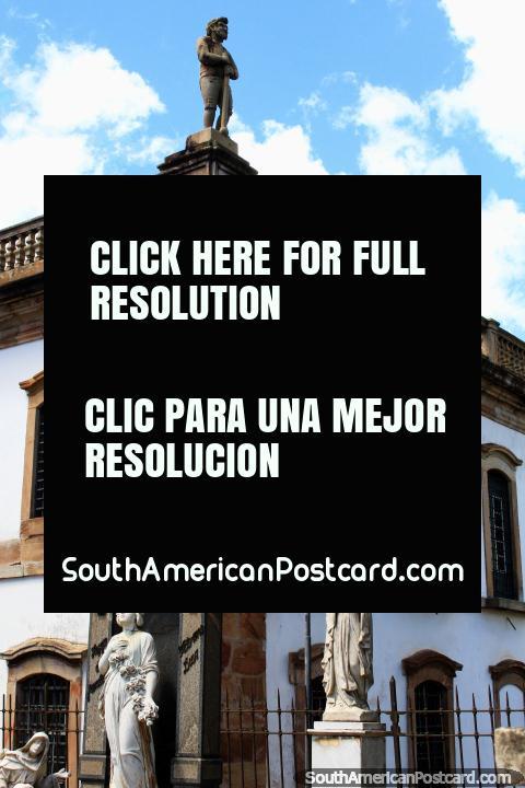 Estátuas e monumentos no cemitério em Ouro Preto, lembrou-me de Recoleta em Buenos Aires. (480x720px). Brasil, América do Sul.