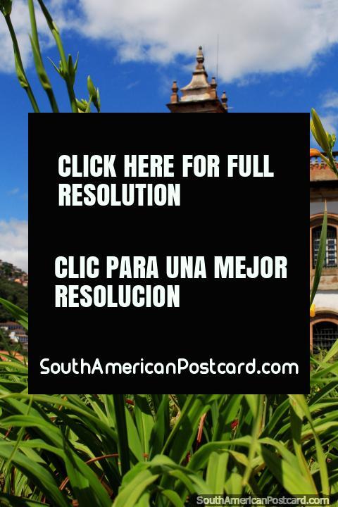 Os jardins de flores combinaram-se com edifïcios de estilo Barrocos e céus azuis em Ouro Preto. (480x720px). Brasil, América do Sul.