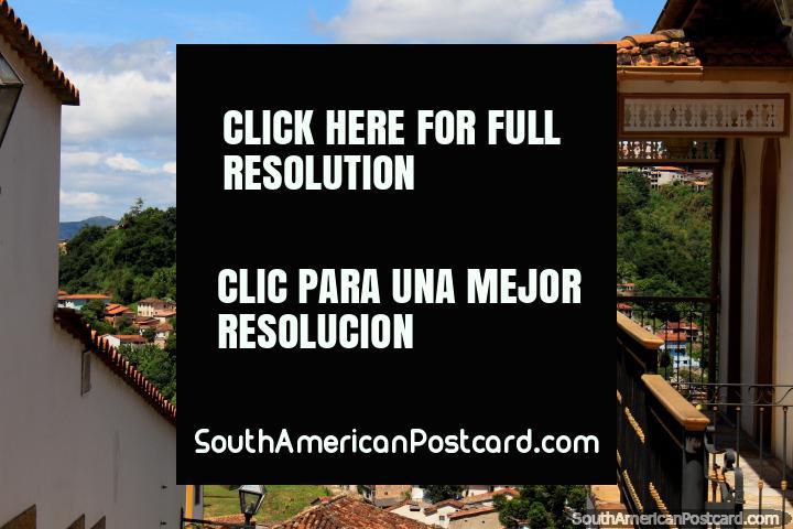 Vista sobre techos de tejas a la cima de la colina y la Iglesia de Santa Efigenia en Ouro Preto. (720x480px). Brazil, Sudamerica.