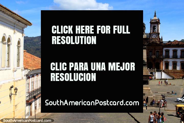 Big Praça Tiradentes em Ouro Preto com edifïcios Barrocos e coloniais que rodeiam o quadrado. (720x480px). Brasil, América do Sul.