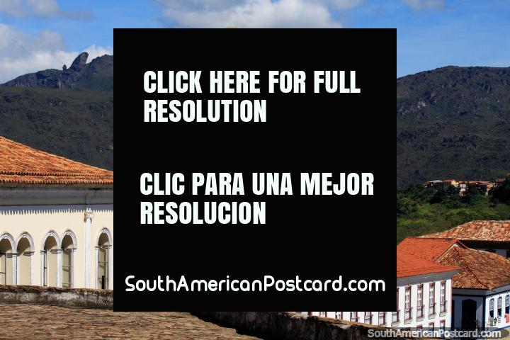Esquina del Bastión en el antiguo Palacio de Gobernadores y el pico de Itacolomía en la distancia en Ouro Preto. (720x480px). Brasil, Sudamerica.