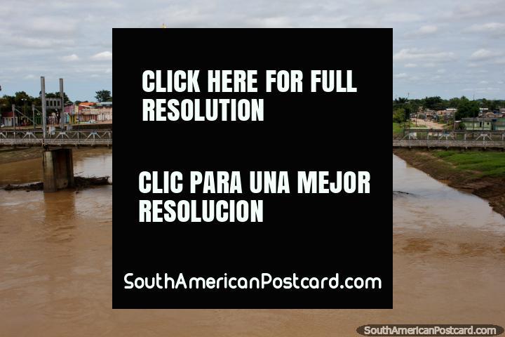 Río Acre con uno de los 3 cruces de puentes en el centro de Río Branco, bandera amarilla y verde. (720x480px). Brasil, Sudamerica.