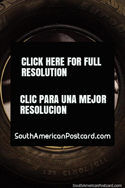 Neumático Euzkadi, un anciano con un sombrero negro, un extractor de caucho, el museo del caucho en Rio Branco. (480x720px). Brasil, Sudamerica.
