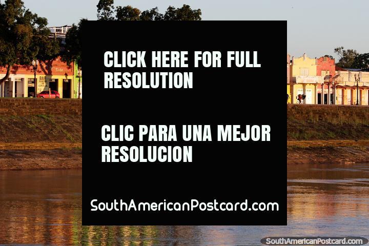 Las casas históricas en colores pastel brillan en el río Acre en la hora dorada de Río Branco. (720x480px). Brasil, Sudamerica.