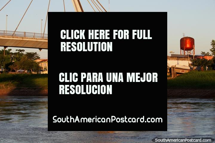 Puente peatonal a través del río Acre (Passarela Joaquim Macedo), un hermoso escenario en Rio Branco. (720x480px). Brasil, Sudamerica.