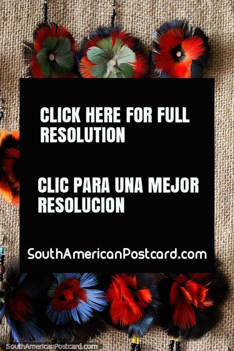 Pendientes esponjosos hechos de plumas de colores en la feria de artes y oficios de Porto Velho. (480x720px). Brasil, Sudamerica.