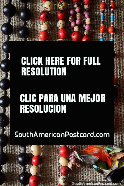 Collares coloridos hechos de cuentas y semillas en el mercado de artesanías de Porto Velho. (480x720px). Brasil, Sudamerica.
