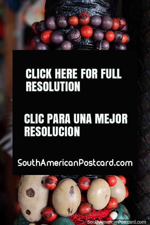 Joyería hecha de semillas grandes en la feria de artesanía en Porto Velho. (480x720px). Brasil, Sudamerica.