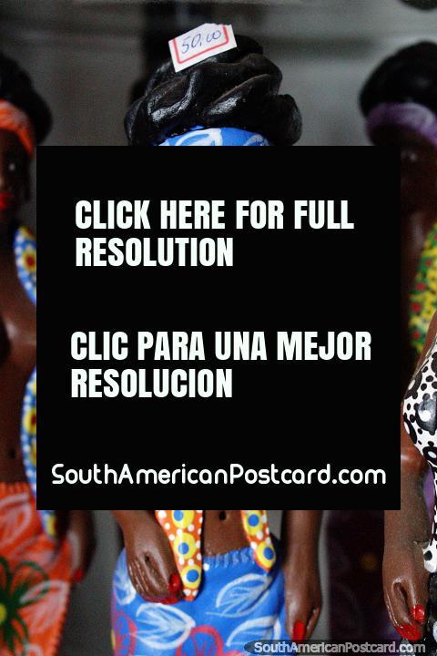Mujer vestida para la playa, $50 reales, la feria de artesanías en Porto Velho. (480x720px). Brasil, Sudamerica.