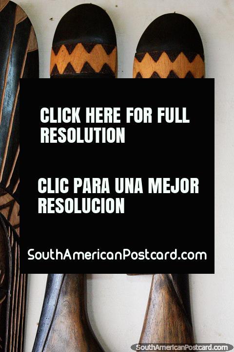 Artesanías de madera de caras indígenas en la feria de artesanía de Porto Velho, cara a cara. (480x720px). Brasil, Sudamerica.