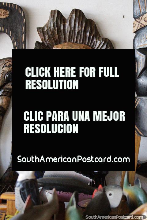 Guacamayo, pájaro de la selva tallado en madera a la venta en la feria de artesanía de Porto Velho. (480x720px). Brasil, Sudamerica.
