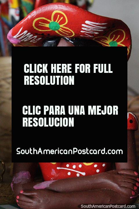 Mujer Brasileña con sombrero y vestido rojo, artesanías para comprar en la feria de arte en Porto Velho. (480x720px). Brasil, Sudamerica.