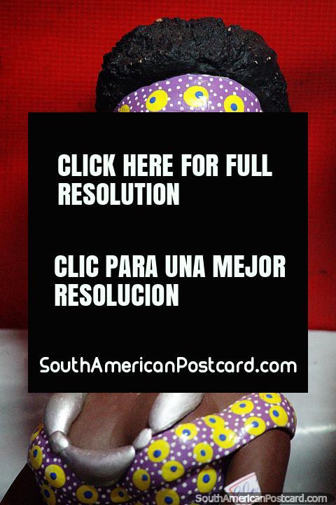 Mujer con un afro y diadema púrpura y un collar de plata, artesanía en Porto Velho. (480x720px). Brasil, Sudamerica.