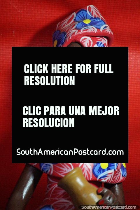 La mujer lleva un abrigo y un vestido a juego y un collar de plata, artesanía en Porto Velho. (480x720px). Brasil, Sudamerica.