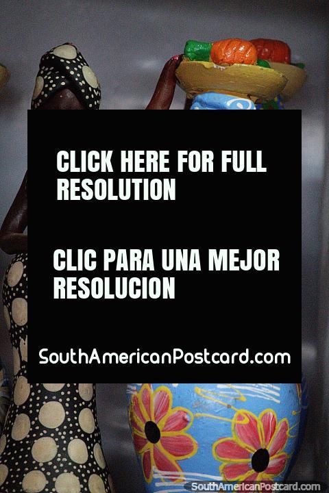 Mulher em azul com uma travessa de fruto na sua cabeça e uma mulher em figuras pretos e brancos, cerâmicos em Porto Velho. (480x720px). Brasil, América do Sul.