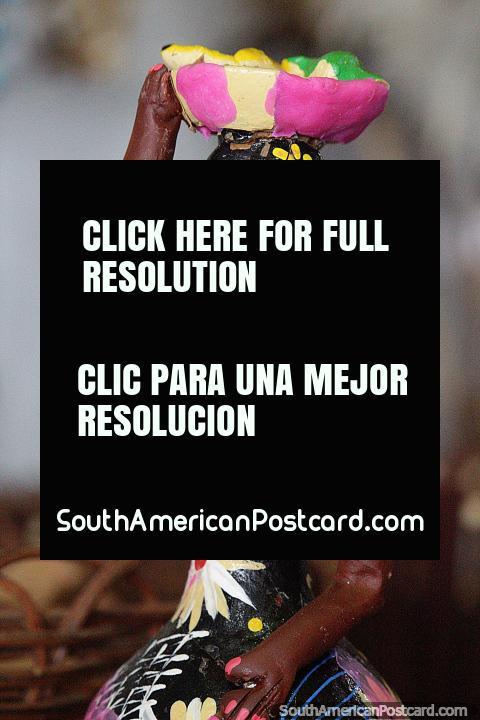 La mujer lleva una bandeja de frutas en la cabeza, figuras culturales en la feria de artesanía de Porto Velho. (480x720px). Brasil, Sudamerica.