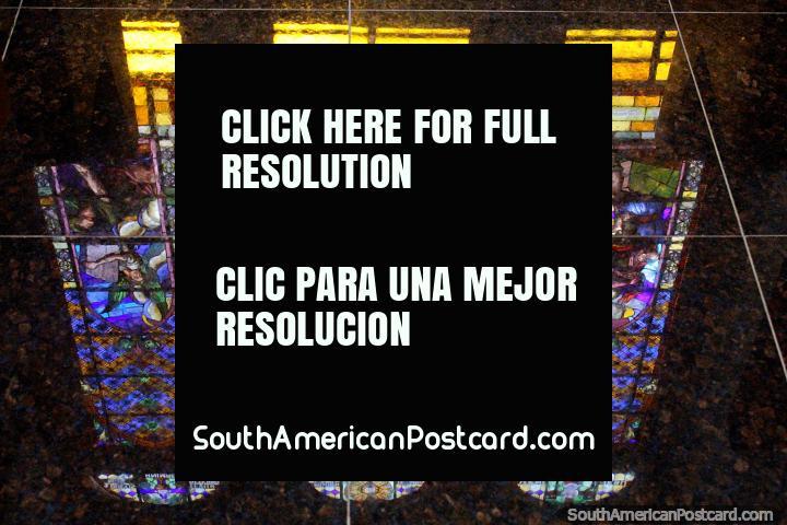 Janelas de vidro manchadas de igreja Matriz em Porto Velho, reflexões. (720x480px). Brasil, América do Sul.