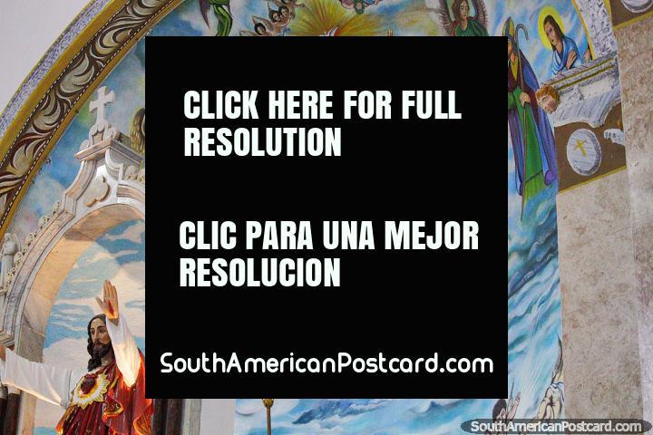 Pintura con figuras religiosas y ángeles sobre el altar en la catedral de Porto Velho. (720x480px). Brasil, Sudamerica.