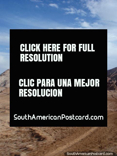 El camino teje a través del terreno rocoso entre Paso de Jama y Calama. (480x640px). Chile, Sudamerica.