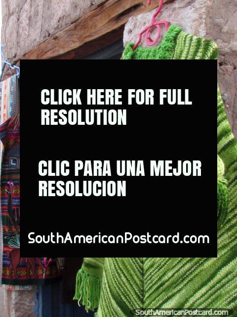 Un mantón de lana verde para venta en Toconao en San Pedro de Atacama. (480x640px). Chile, Sudamerica.