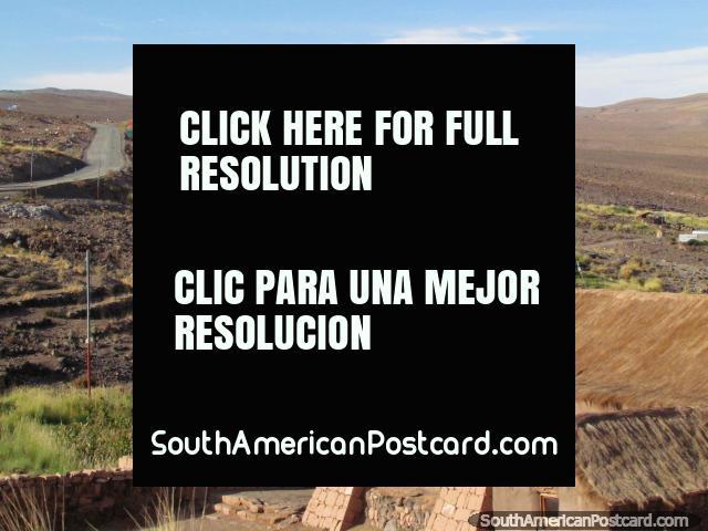 Iglesia con tejado cubierto con paja en un pequeño pueblo entre Toconao y las lagunas en San Pedro de Atacama. (640x480px). Chile, Sudamerica.