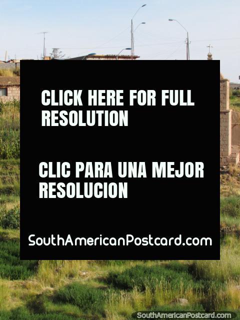 Una pequeña iglesia del país y bancos cubiertos de hierba en una ciudad en San Pedro de Atacama. (480x640px). Chile, Sudamerica.