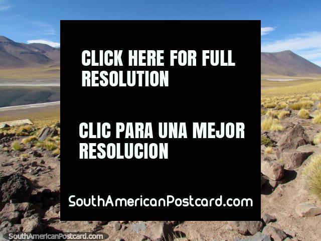 Montanhas e terreno em volta de Lagoa Miscanti em San Pedro de Atacama. (640x480px). Chile, América do Sul.