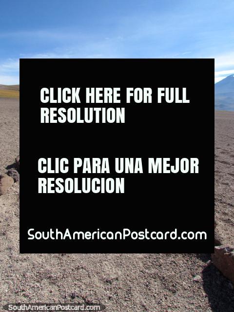 O caminho que conduz de Miscanti a lagoas de Miniques em San Pedro de Atacama. (480x640px). Chile, América do Sul.