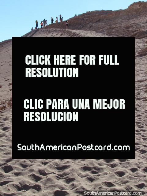 Um resto de grupo em cima do caminho no Vale da Lua, San Pedro de Atacama. (480x640px). Chile, América do Sul.